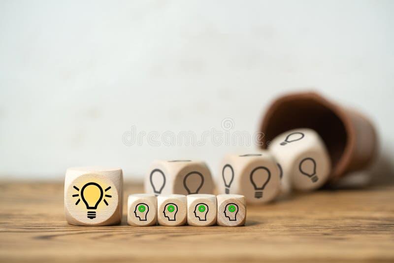 I cubi che escono dalla tazza di dadi formano un'idea fotografie stock libere da diritti