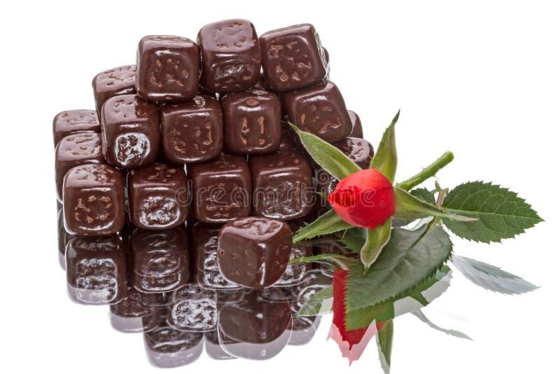 I cubi del cioccolato e sono aumentato immagini stock