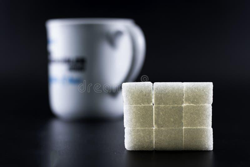 I cubi dello zucchero sono stati sistemati nella forma quadrata immagine stock