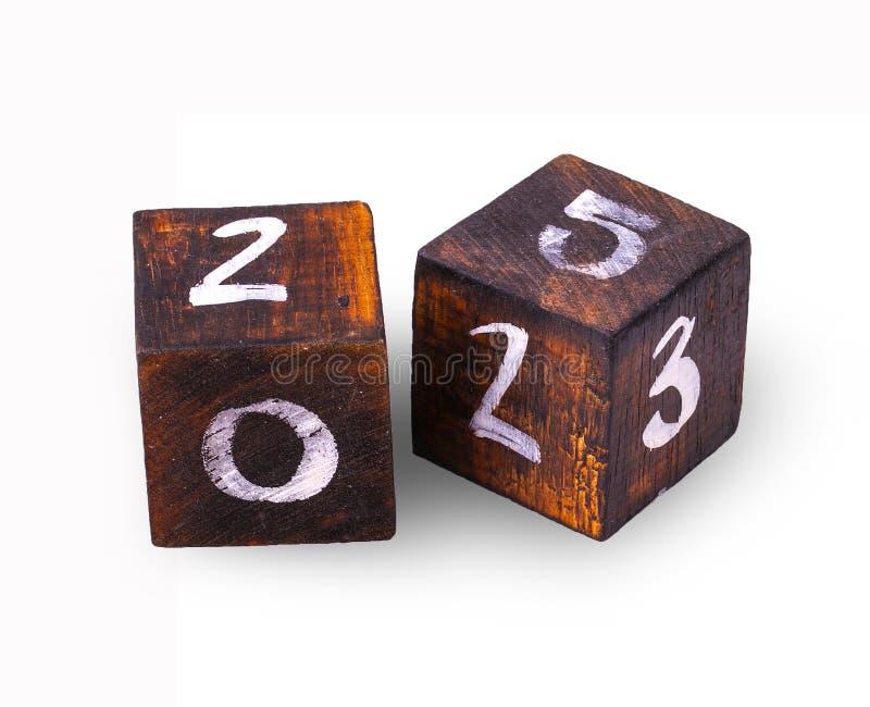 I cubi di legno con dipende il fondo bianco immagini stock libere da diritti