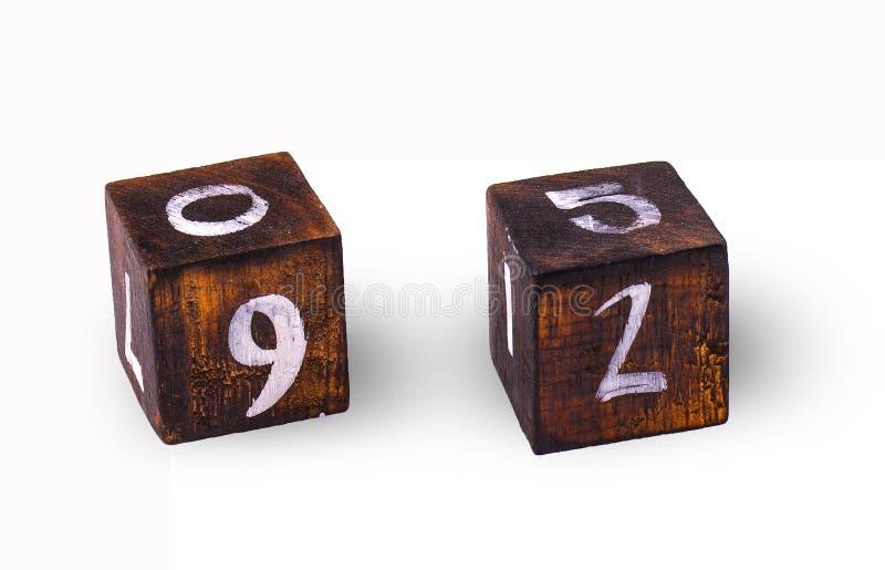 I cubi di legno con dipende il fondo bianco immagini stock