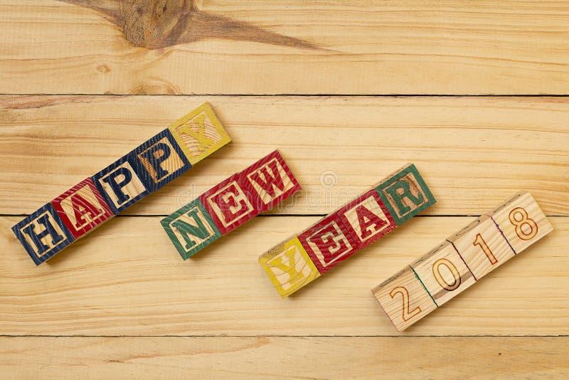 I cubi di legno del buon anno 2018 sulla tavola di legno si raffreddano fotografie stock libere da diritti