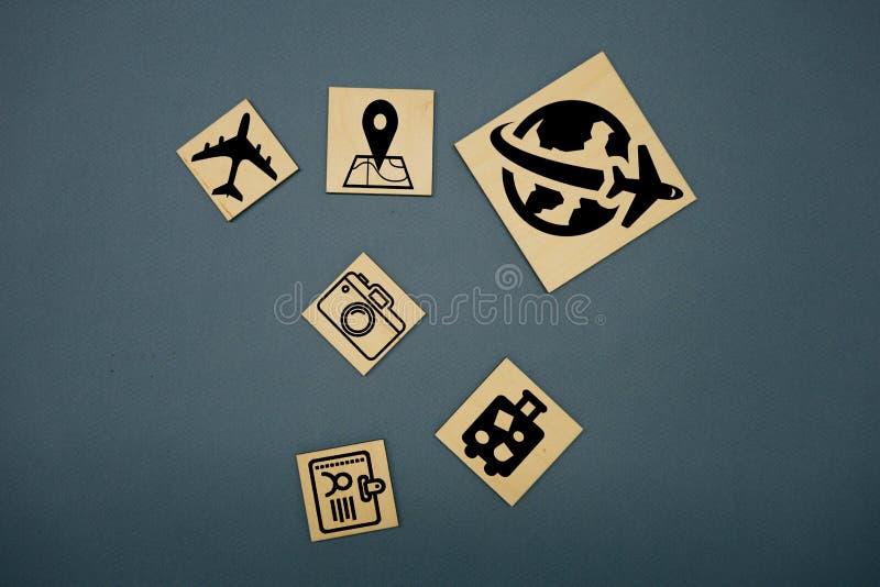 I cubi taglia con i simboli di viaggio e la parola tedesca per il viaggio - Reise fotografie stock libere da diritti