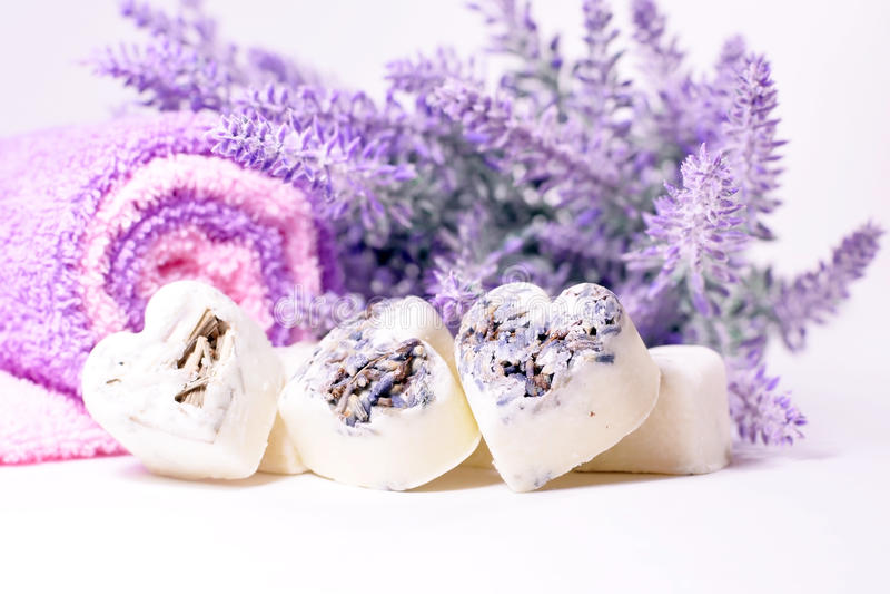 I cuori del sapone della stazione termale con una lavanda fiorisce immagine stock libera da diritti