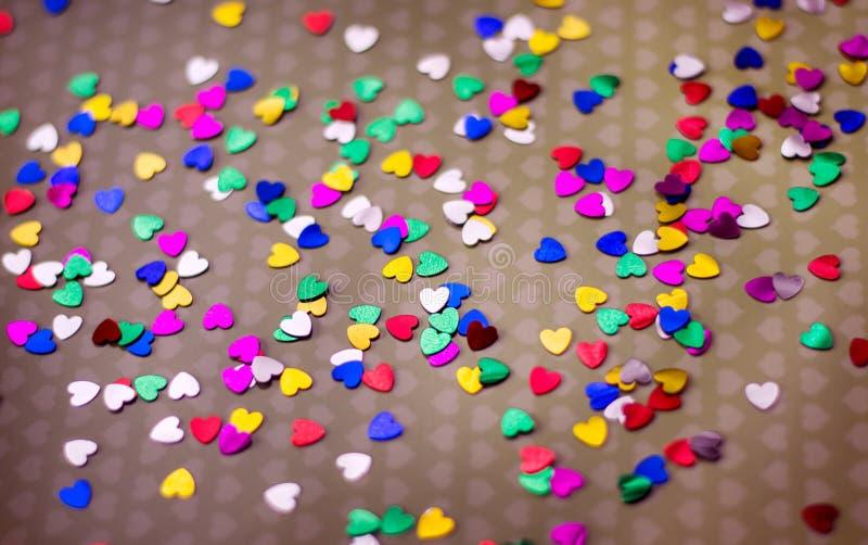 I cuori multicolori sono sparsi su carta Giorno felice del `s del biglietto di S Dichiarazione di amore, fotografia stock libera da diritti