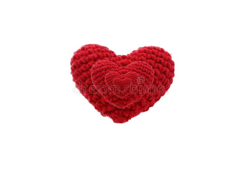 I cuori rossi del biglietto di S. Valentino lavorano all'uncinetto tricottano isolato su fondo bianco fotografia stock
