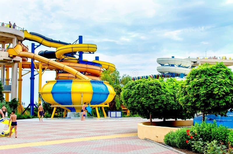 I cursori del aquapark di panorama, acqua parcheggiano, innaffiano il parco in Berdyansk fotografia stock