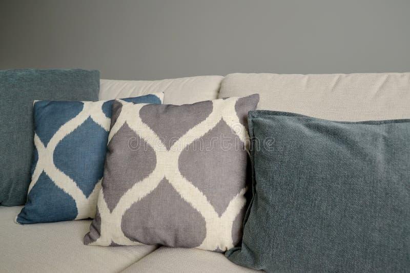 I cuscini di tiro si trovano su un sofà Frammento interno del salone immagini stock