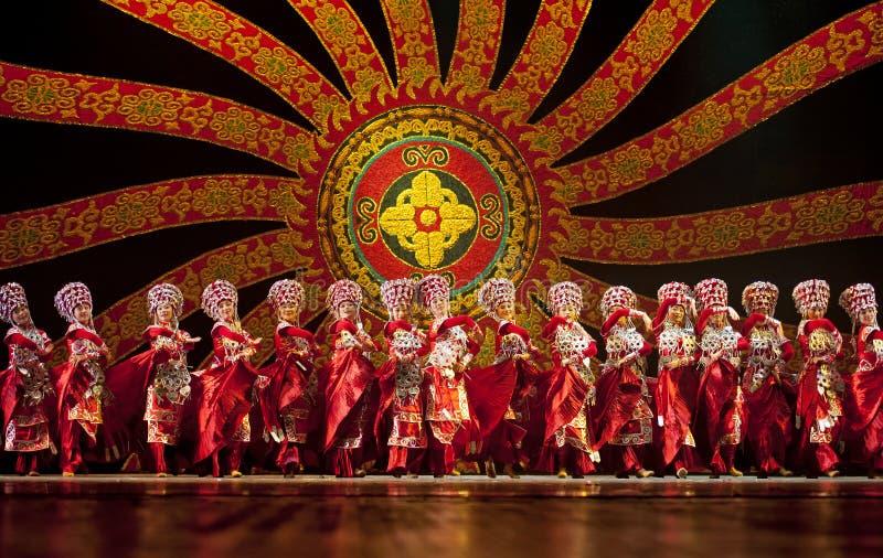 I danzatori nazionali cinesi di Yi effettuano il ballo di piega fotografie stock libere da diritti