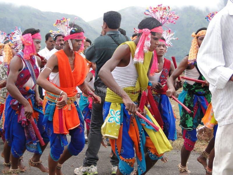 I danzatori tribali celebrano un festival locale immagine stock libera da diritti