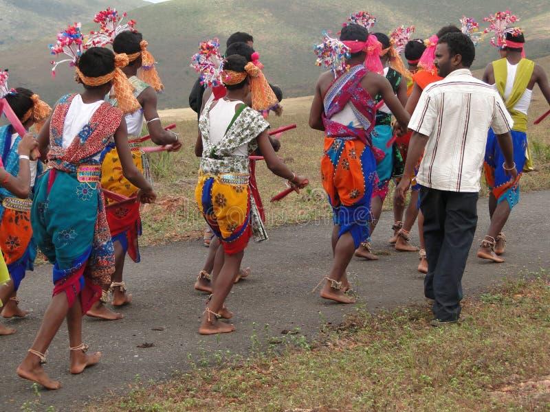I danzatori tribali celebrano un festival locale immagini stock libere da diritti