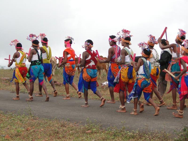I danzatori tribali celebrano un festival locale fotografia stock