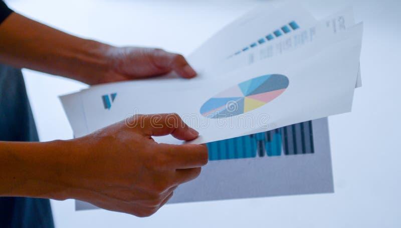 I dati della lettura dell'uomo del grafico finanziario fotografie stock libere da diritti