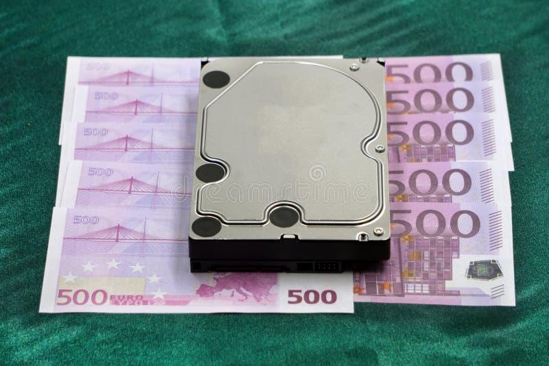 I dati sono concetto dei soldi, disco rigido portatile del primo piano, USB, stoccaggio della scheda di memoria sulla pila di pac fotografia stock