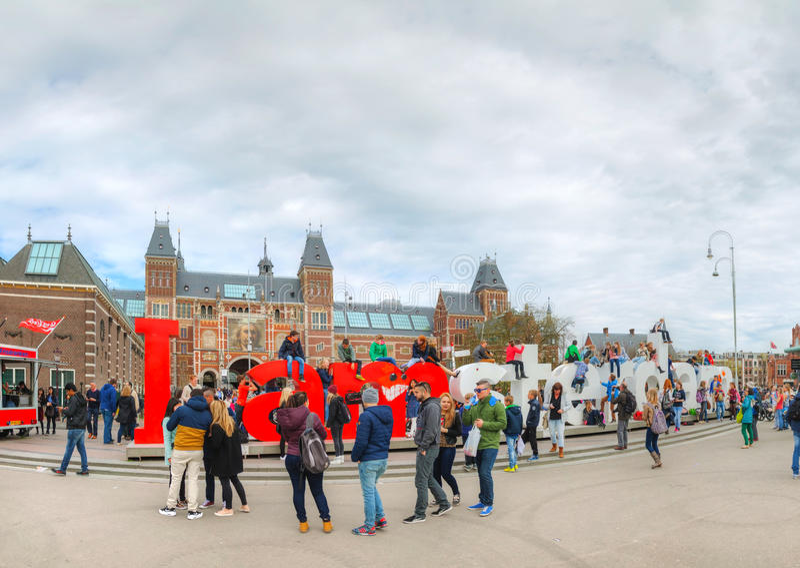 I de slogan van Amsterdam met menigte van toeristen royalty-vrije stock afbeeldingen
