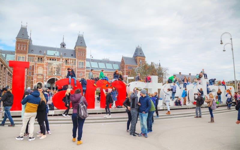 I de slogan van Amsterdam met menigte van toeristen royalty-vrije stock foto