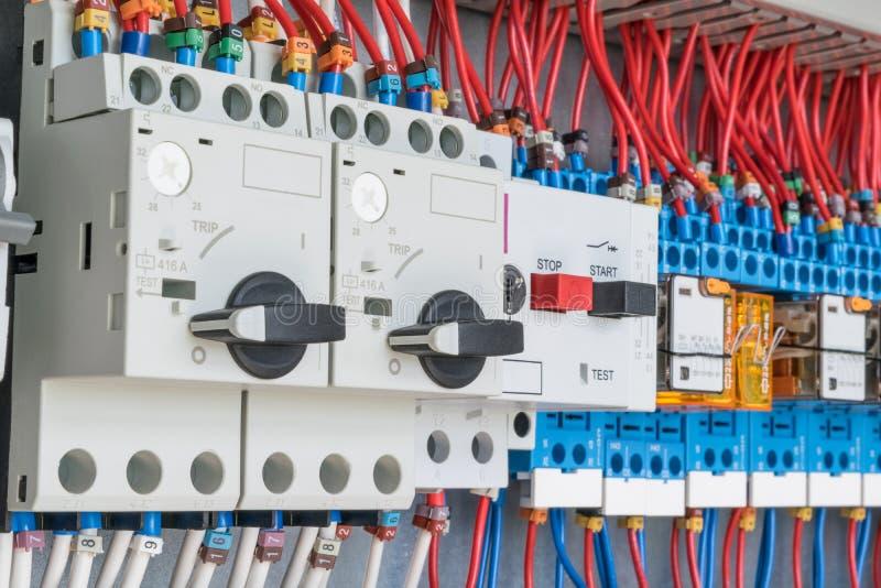 I den elektriska kontrollbordet är strömkretssäkerhetsbrytare som skyddar motorn och relän royaltyfria bilder
