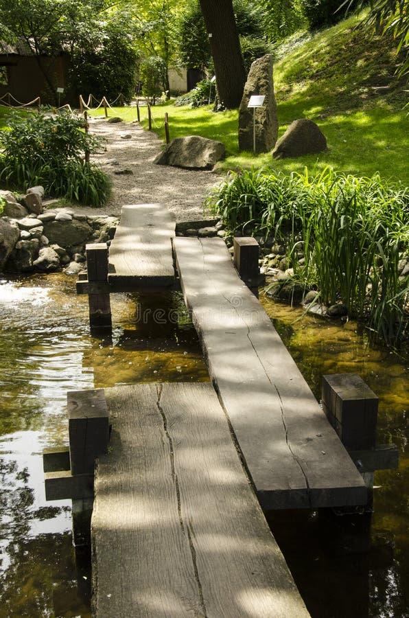 i den japanska trädgårds- bron royaltyfri fotografi