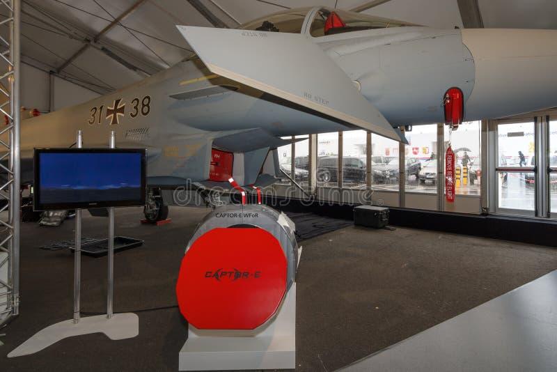 I den multirole kämpen Eurofighter Typhoon för bakgrund i förgrunden Euroradar CAPTOR-E arkivbilder