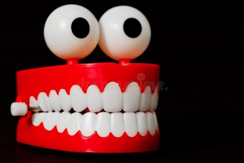 I denti di schiamazzo giocano da tre quarti che sembrano giusti fotografie stock