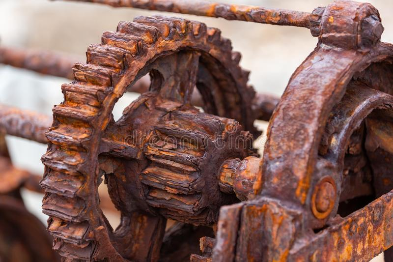 I denti e gli ingranaggi arrugginiti di un argano storico della barca utilizzato sulla F immagini stock libere da diritti