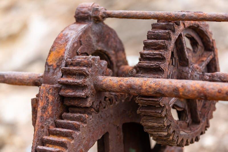 I denti e gli ingranaggi arrugginiti di un argano storico della barca utilizzato sulla F fotografia stock