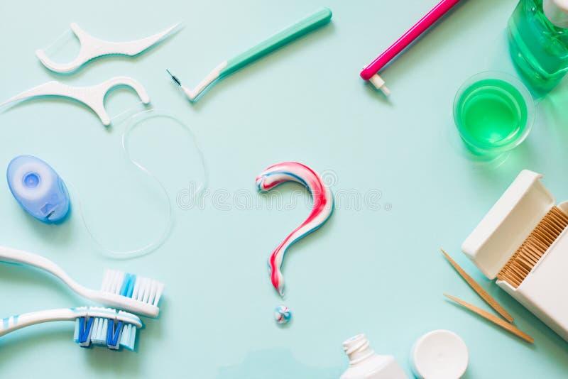 I denti si preoccupano il concetto della struttura con gli spazzolini da denti manuali ed i prodotti di igiene orale immagini stock