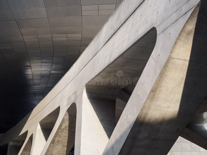 I dettagli dell'architettura cementano la costruzione di costruzione moderna di progettazione delle colonne fotografie stock libere da diritti