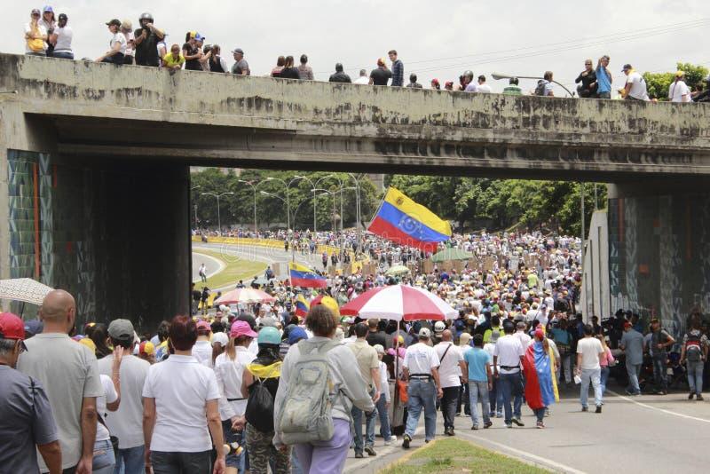 I dimostranti che partecipano nel caso hanno chiamato la madre di tutte le proteste nel Venezuela contro il governo 2017 di Nicol fotografie stock libere da diritti