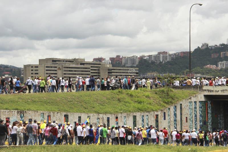 I dimostranti che partecipano nel caso hanno chiamato la madre di tutte le proteste nel Venezuela contro il governo 2017 di Nicol fotografia stock libera da diritti