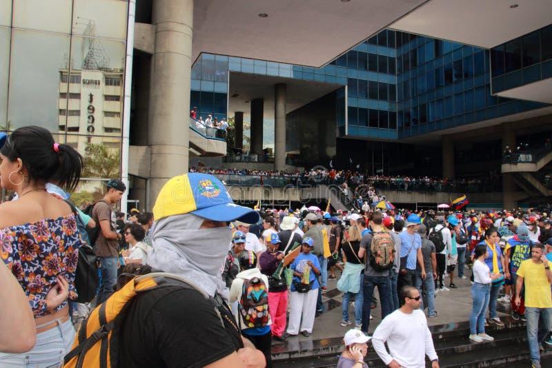 I dimostranti che partecipano nel caso hanno chiamato la madre di tutte le proteste nel Venezuela contro il governo 2017 di Nicol fotografia stock