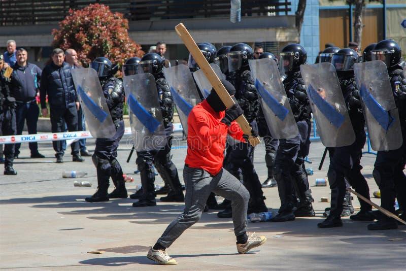 I dimostranti si scontrano con la polizia di tumulto durante l'esercizio di tumulto-control immagine stock libera da diritti