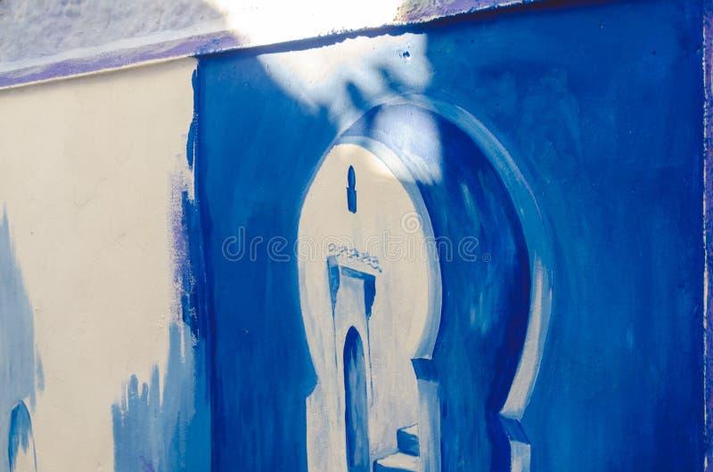 I disegni blu sulle pareti dentro chefchaouen immagine stock