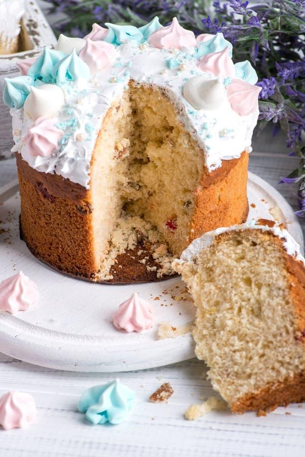 I dolci decorati saporiti di Pasqua si trovano su un piatto di legno bianco rotondo su una tavola di legno bianca Una Pasqua è ta immagine stock
