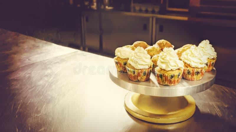 I dolci della tazza sul dolce stanno, pasticceria-negozio, dolce-negozio immagini stock libere da diritti