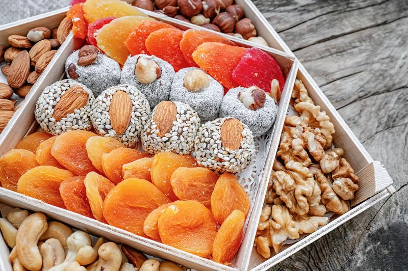 I dolci orientali di lukum hanno asciugato i frutti ed i dadi in una scatola di legno Fondo Alimento sano del vegano Alimento nat fotografie stock
