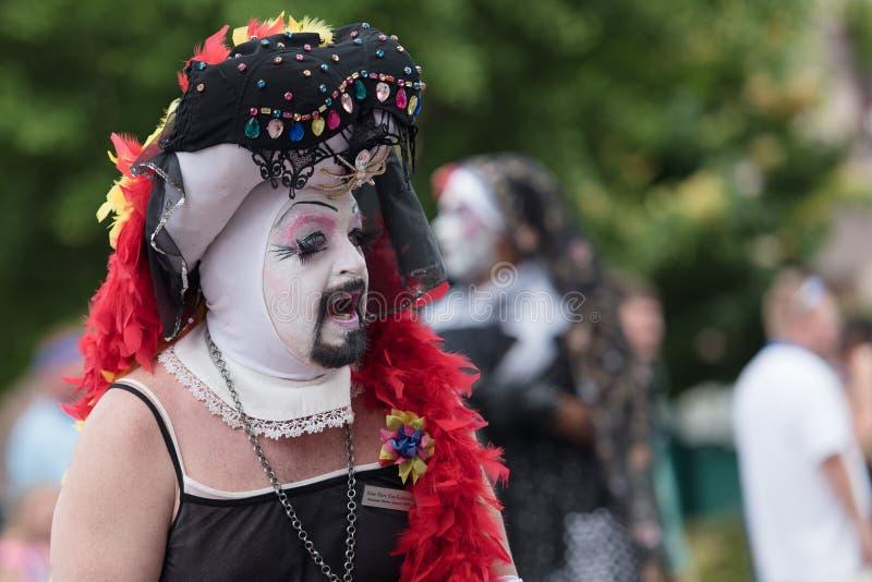 I drag queen parla con folla in Pride Parade gay immagine stock