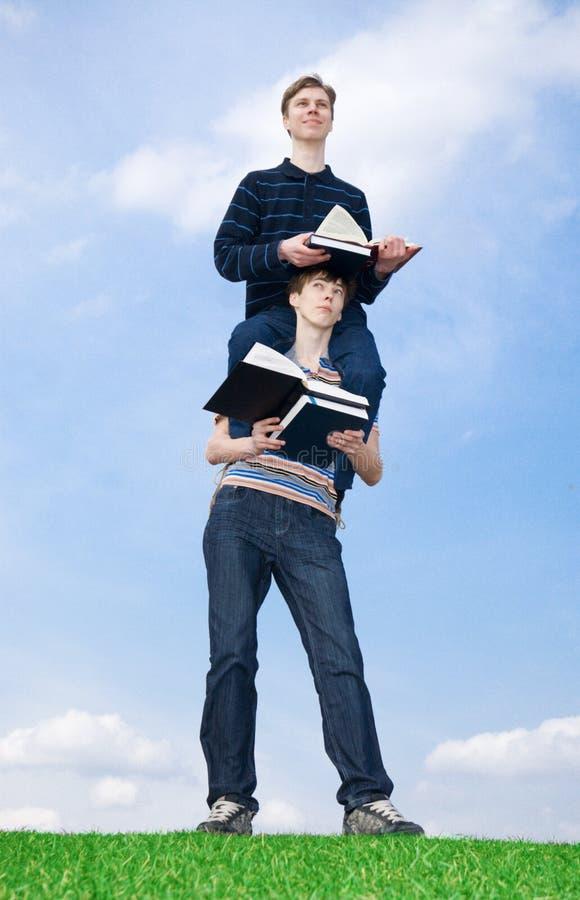 I due allievi con il libro fotografia stock