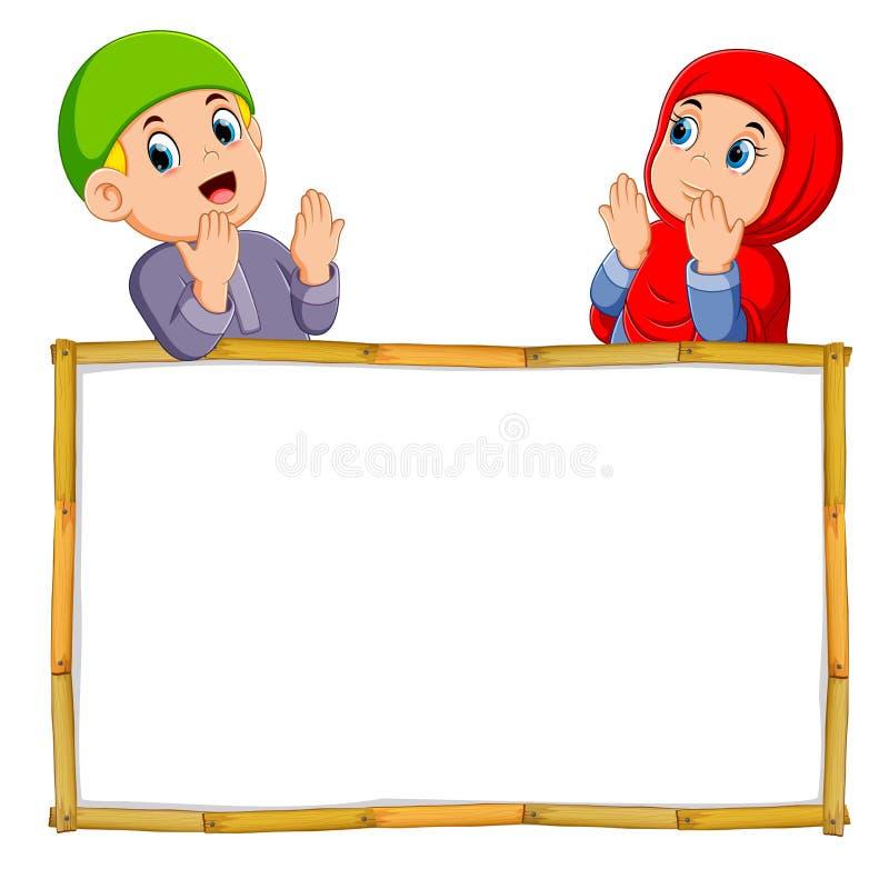 i due bambini stanno pregando sopra l'insegna in bianco di legno illustrazione vettoriale