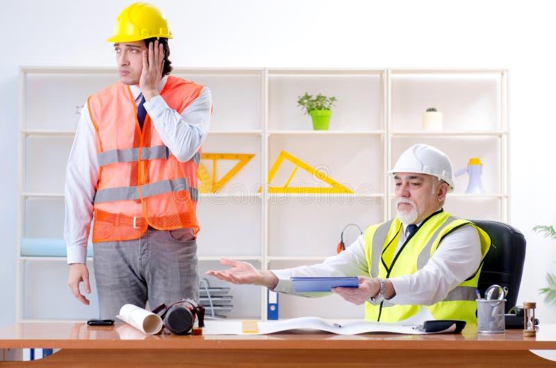 I due colleghi degli ingegneri che lavorano nel quadro del progetto fotografia stock libera da diritti