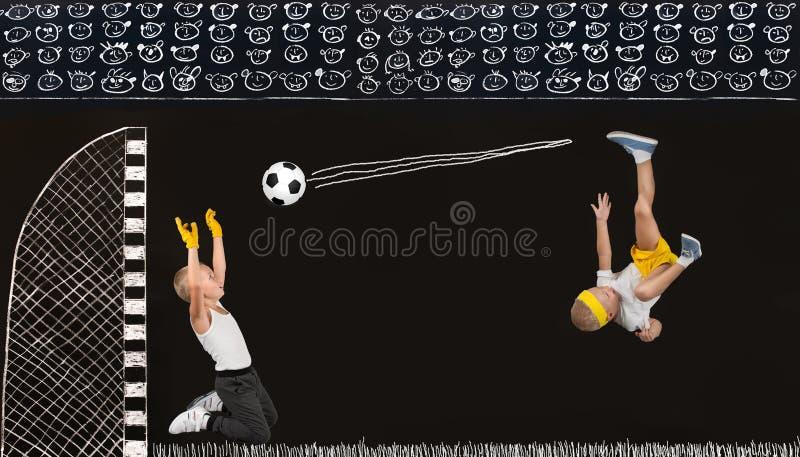 I due fratelli giocano a calcio Disegni in gesso sulla parete immagine stock
