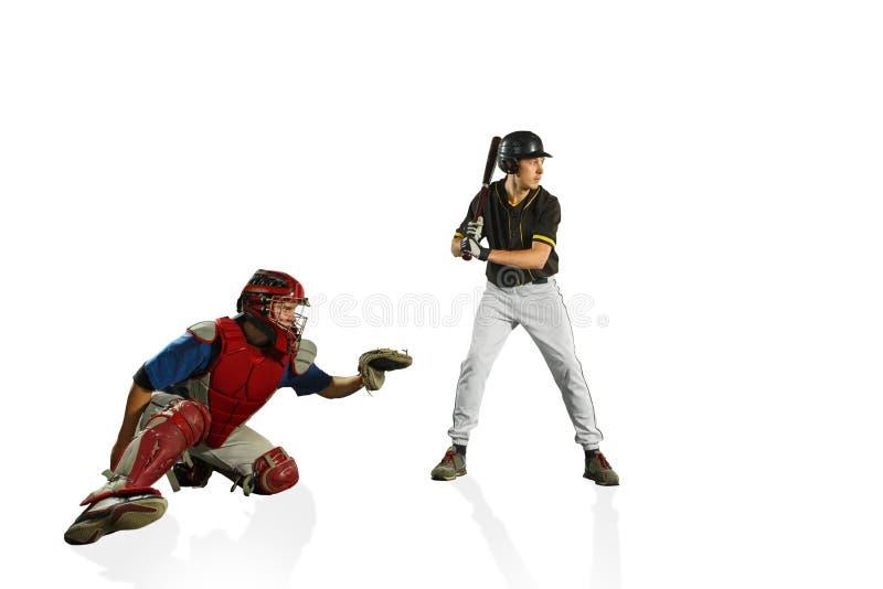 I due giocatori di baseball caucasici degli uomini che giocano nello studi Siluette isolate su fondo bianco immagini stock
