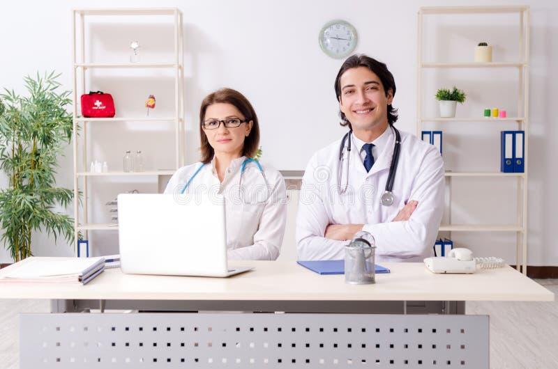 I due medici che lavorano nella clinica immagini stock