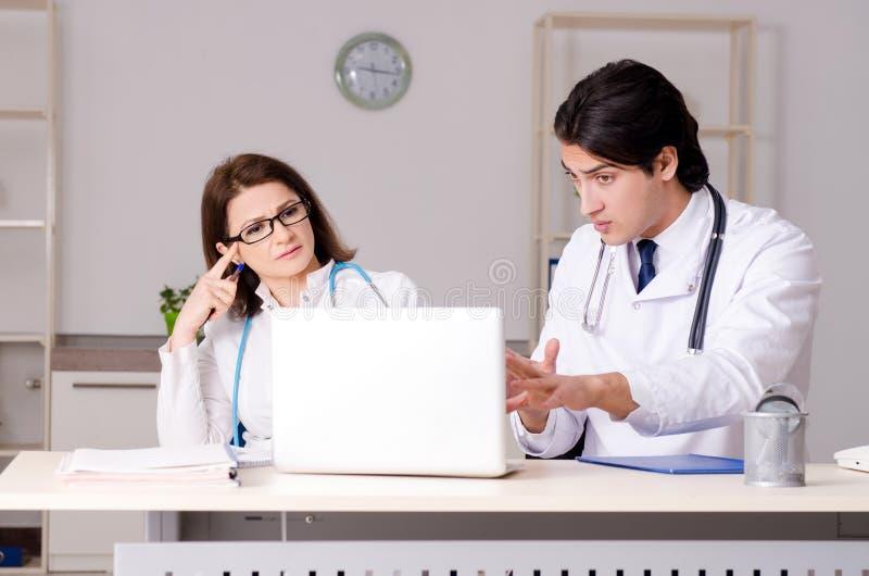 I due medici che lavorano nella clinica fotografie stock