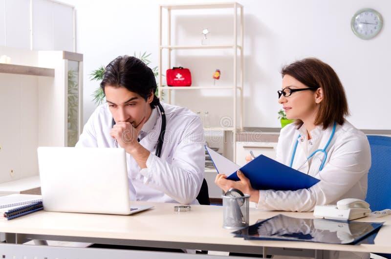 I due medici che lavorano nella clinica fotografia stock libera da diritti