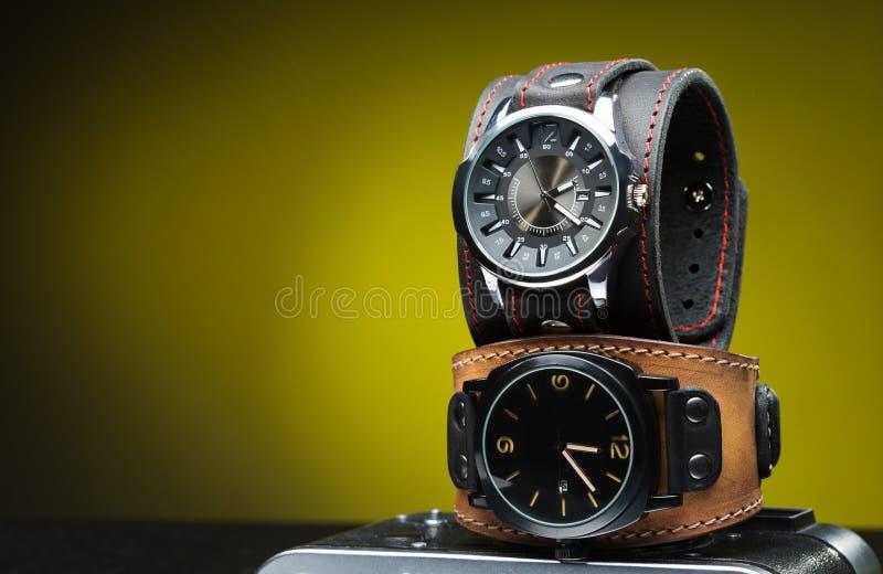 I due orologi degli uomini con l'ampio braccialetto di cuoio immagine stock