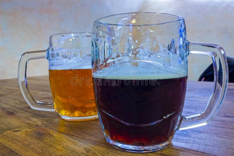 I due vetri di birra ceca su una tavola di legno del barilotto fotografia stock