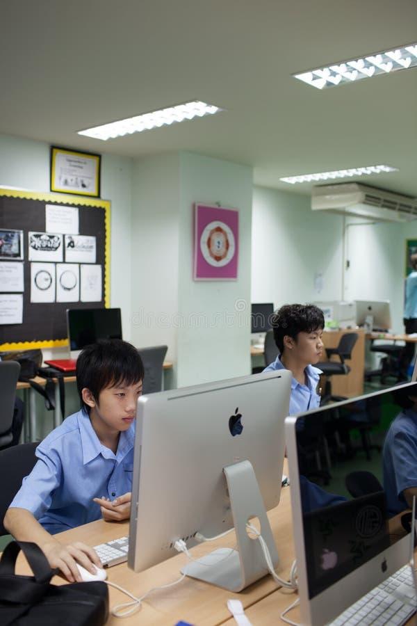 I en högskola i Bangkok studenter i datorgrupp royaltyfri fotografi