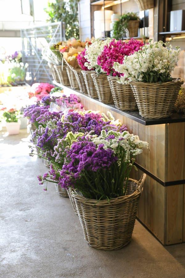 I en variation för vide- korg av blommor för limoniumsinuatum- och matthiolaincana i violetta, rosa vita färger som är till salu  arkivbild
