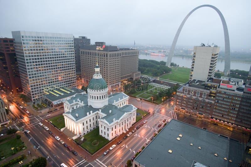 I ett dimmigt regn en högstämd sikt av nyckelbågen och den historiska gamla Sten Louis Courthouse Domstolsbyggnaden konstruerades fotografering för bildbyråer